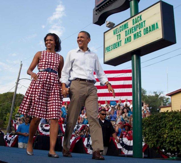 Agosto 2012, Michelle in Iowa per la campagna elettorale, indossa l'abito più imitato in assoluto. Il brand è Asos. Foto AP