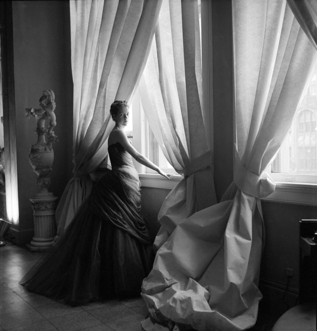 Nancy James indossa Swan, abito di Charles James, 1955. Courtesy of The Metropolitan Museum of Art. Fotografia di Cecil Beaton, The Cecil Beaton Studio Archive di Sotheby\'s.