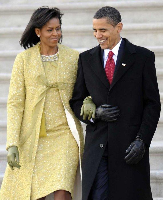Gennaio 2009 la First Couple si insedia alla Casa Bianca. Lei è in Isabel Toledo e guanti in pelle J. Crew. Foto AP